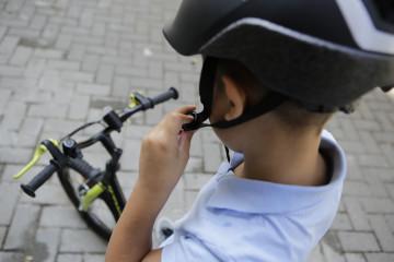 En bicicleta o patinete, con cabeza 9
