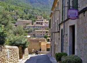 Ruta en coche para enamorarte de Mallorca Sóller, Deià y Valldemossa… pueblos en los que se disfruta del mar y la montaña a pleno pulmón. 1