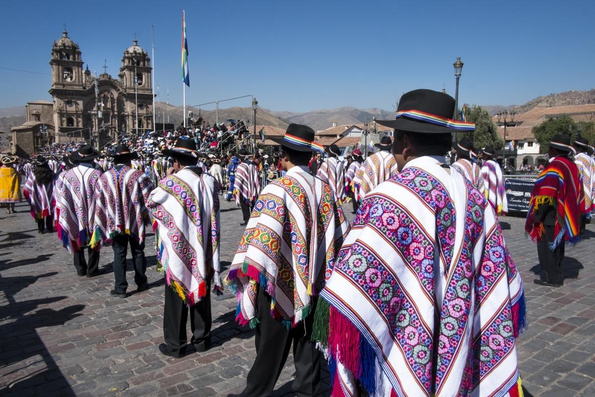 cuzco plaza de armas Fiesta del SOL al fondo iglesia de la compañia