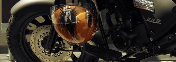 Auriculares en el casco de la moto