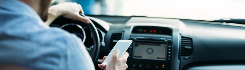 Peligro llamar móvil conduciendo