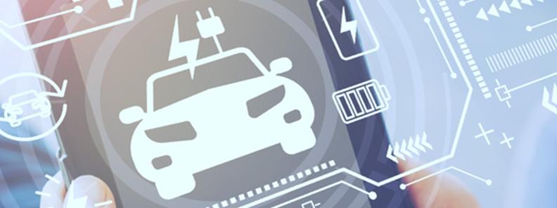 Jóvenes dan espalda a coche eléctrico